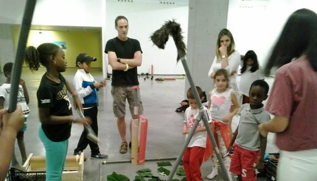 Varios niños se divierten en una actividad del campamento un 'Txoko-Txiki París 365'.