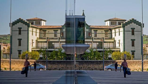 La fachada de la residencia de San Jerónimo reflejada en los cristales de la fachada del polideportivo de Estella.