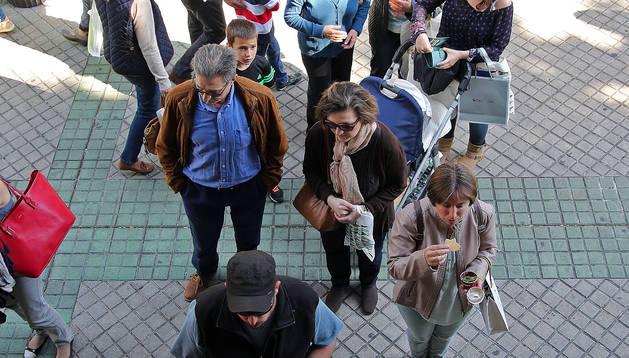 Varios ciudadanos hacen cola para comprar boletos, en una imagen de este año.