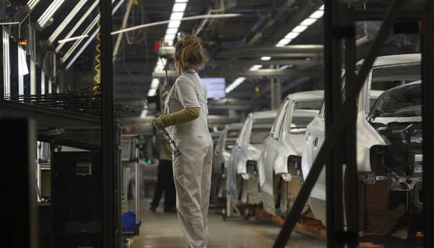 Una trabajadora en la cadena de montaje de Volkswagen Navarra.