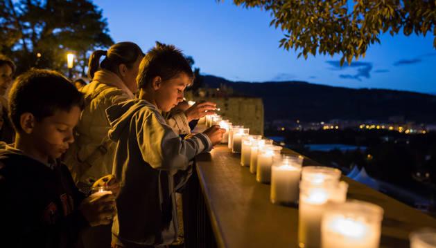 Varios niños encienden sus velas en la pasada edición de la Muralla a la Luz de las Velas.