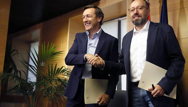 Los portavoces parlamentarios del PP, Rafael Hernando (i), y de Ciudadanos, Juan Carlos Girauta (d), durante la firma.