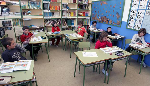 Niños en el interior de un aula del colegio de Pitillas.