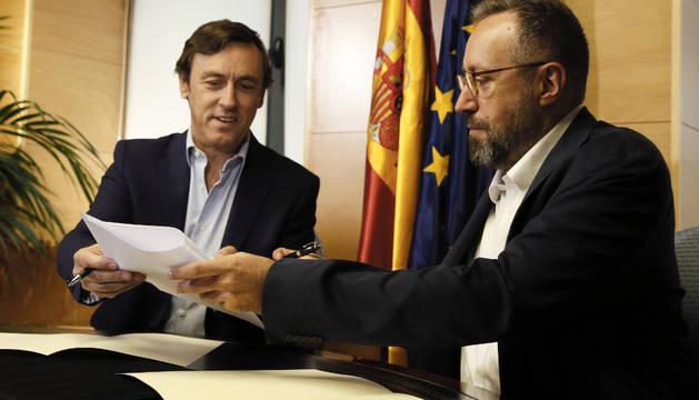 Los portavoces parlamentarios del PP, Rafael Hernando (i), y de Ciudadanos, Juan Carlos Girauta (d), durante la firma del pacto anticorrupción.