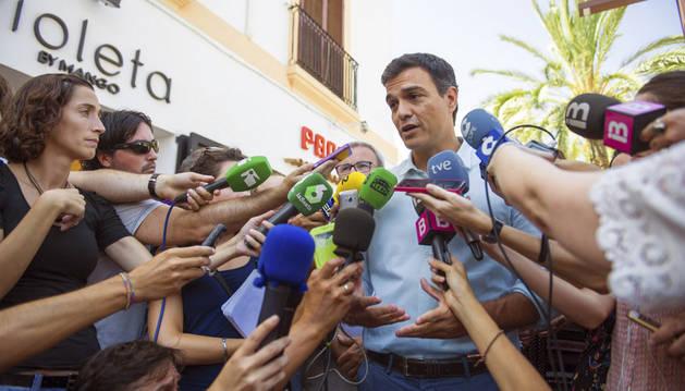 El secretario general del PSOE, Pedro Sánchez, ha atendido a los medios de comunicación tras pasear por el puerto de Ibiza.