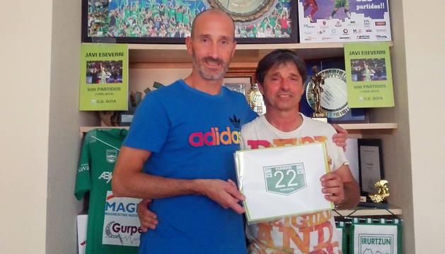 Javi Eseverri y Tatono Arregui, tras firmar el contrato de renovación.