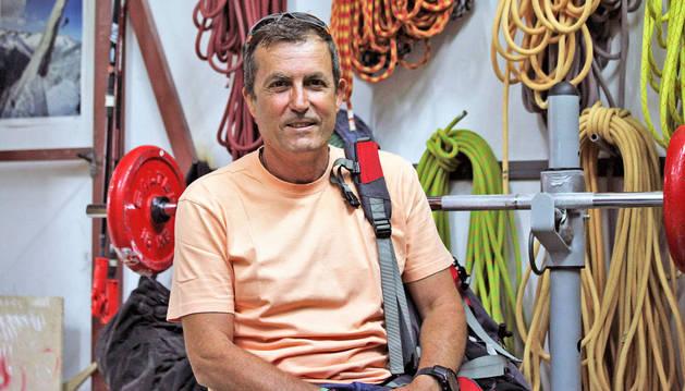 Francisco Valero Sánchez, subteniente de la Guardia Civil, ha sido jefe del GREIM de Pamplona en los últimos veinte años. En la imagen, junto al material que utiliza el grupo.