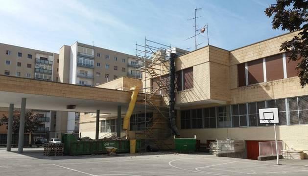 En el colegio público García Galdeano, en Orvina, se realizan obras de mejora en la cubierta y también reformas en los baños.