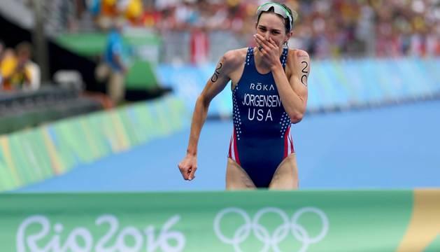 Gwen Jorgensen, emocionada al cruzar la meta.