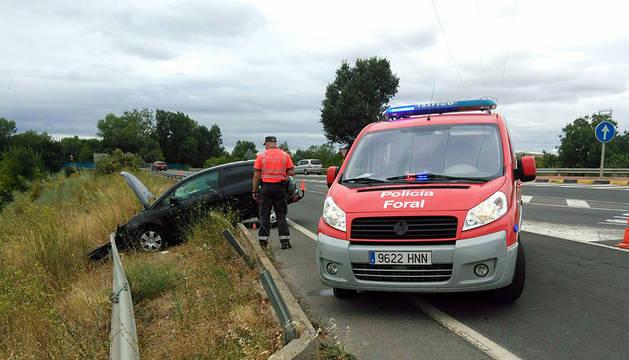 Policía Foral junto al vehículo del conductor imputado.
