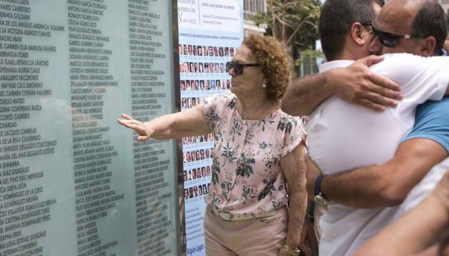 Varios familiares de las víctimas del accidente del vuelo JK5022 de Spanair, en el mural de la plaza de la Memoria de las Palmas.