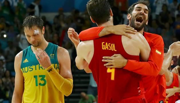 Calderón abraza a Pau Gasol ante el australiano David Andersen.