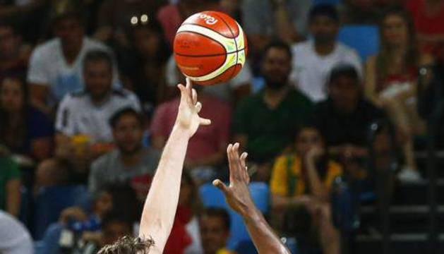 Pau Gasol lanza a canasta.