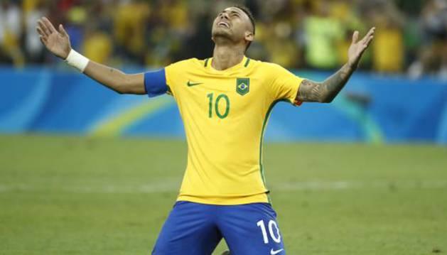 Neymar celebra el campeonato.