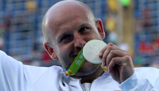 Piotr Malachowski celebra su medalla.