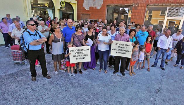Más de un centenar de vecinos se concentraron ayer en la bajera en la que se pretende abrir el nuevo velatorio.