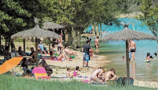 Imagen tomada el año pasado a los bañistas, al lado de la orilla, en la zona habilitada como playa.