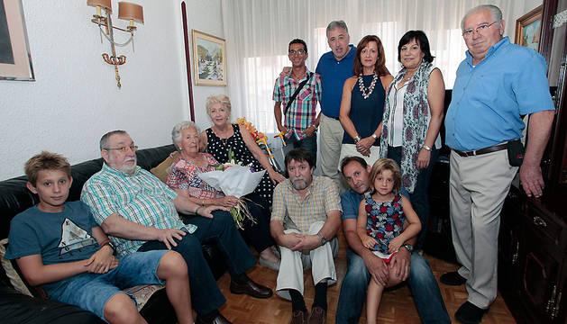 El alcalde Asiron, en el centro, junto a familiares de María Luisa Fernández Vidaurre, sentada.