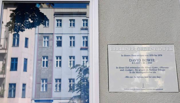 Berlín descubre una placa en memoria de David Bowie en un edificio en el que residió
