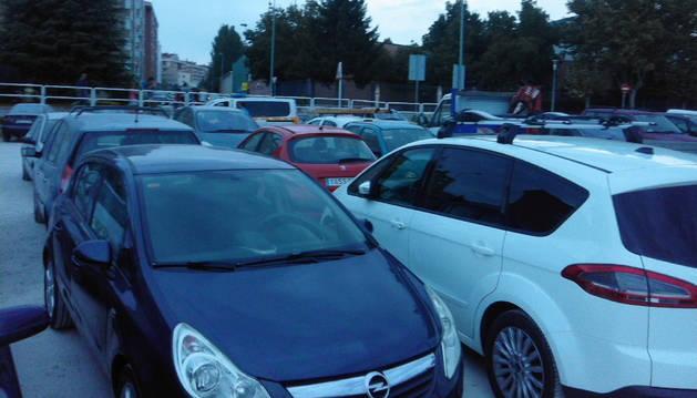 Imagen de los coches bloqueados durante la tarde del viernes en el terreno habilitado para estacionar.