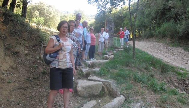 Excursionistas junto a la fuente de Villamayor.