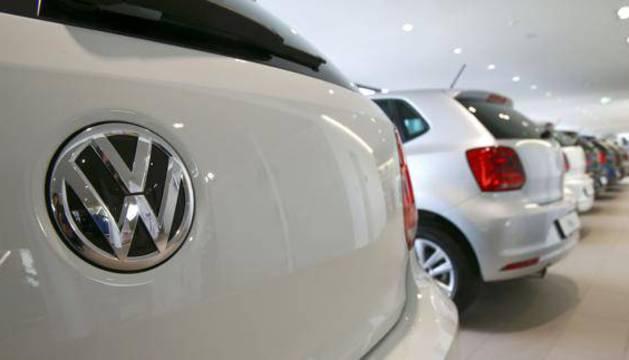 Varios Golf en un concesionario de Volkswagen.