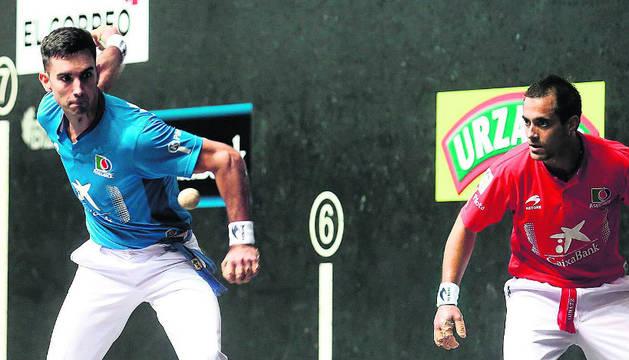 Urrutikoetxea golpea la pelota en el torneo Aste Nagusia.