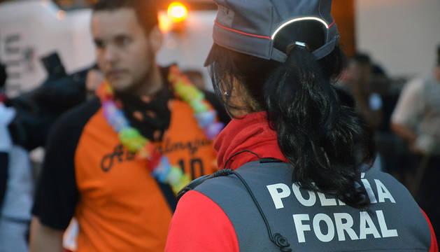 Una agente del dispositivo especial de fiestas de Polícia Foral.
