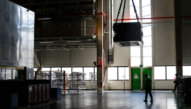 Uno de los trabajadores de Volkswagen Navarra en la zona de prensas de la fábrica de Landaben.
