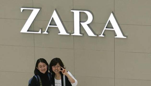 Jóvenes chinas en un establecimiento de Zara en Hong Kong.