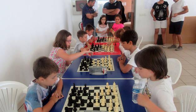 Varios jóvenes jugadores, durante sus partidas en el torneo de Cascante.