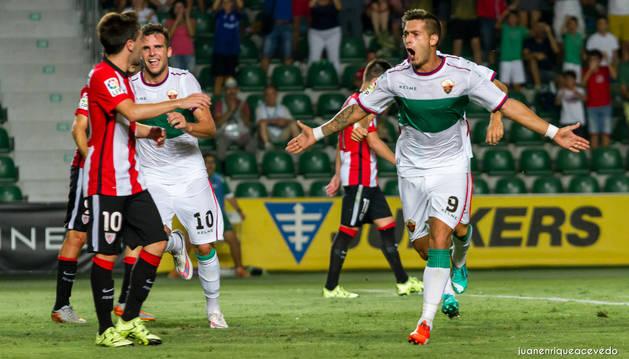 Sergio León celebra un gol con el Elche.