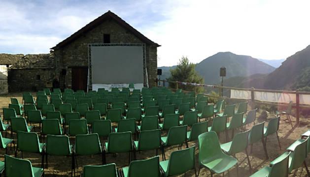 Ascaso, un núcleo ubicado en el Pirineo de Huesca con tan sólo siete habitantes empadronados, inaugura este martes la quinta edición de la que llaman con orgullo sus promotores la Muestra de Cine más pequeña del mundo.