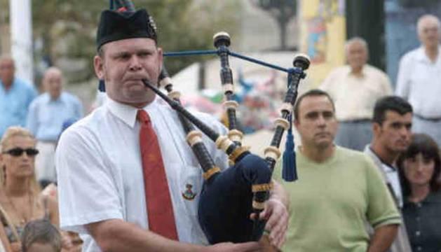 Gaiteros de la Stow Pipe Band, en un desfile por la Gran Vía.