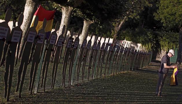 La Asociación de Familiares de Fusilados de Navarra (AFFNA-36-NAFSE) ha rendido hoy un homenaje a las 52 personas asesinadas en la localidad navarra de Cadreita