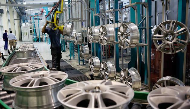 Un trabajador prepara unas llantas en una empresa de Orkoien.
