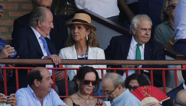 El rey Juan Carlos conversa con su hija la infanta Elena en la plaza de toros de Vista Alegre de Bilbao.