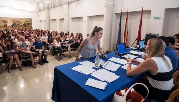 Una interina elige su plaza vacante durante los actos para los maestros de educación infantil en castellano del programa PAI celebrados ayer.