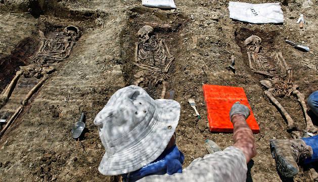 Un arqueólogo de Aranzadi, ante los restos de tres presos de San Cristóbal hallados en mayo de 2015.