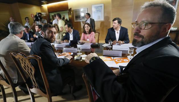 Los equipos negociadores del PP y Ciudadanos, durante la reunión de este martes.