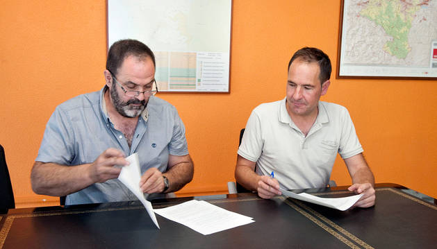 El alcalde de Roncal (izda) y el director general (dcha) firman el convenio.