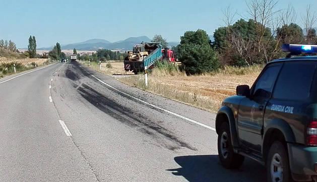 Cortado un carril de la N-150 en Urroz por un vertido de asfalto