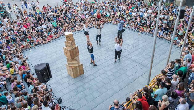 El grupo Up Arte cerró el festival en Tudela con su espectáculo en la plaza de los Fueros.