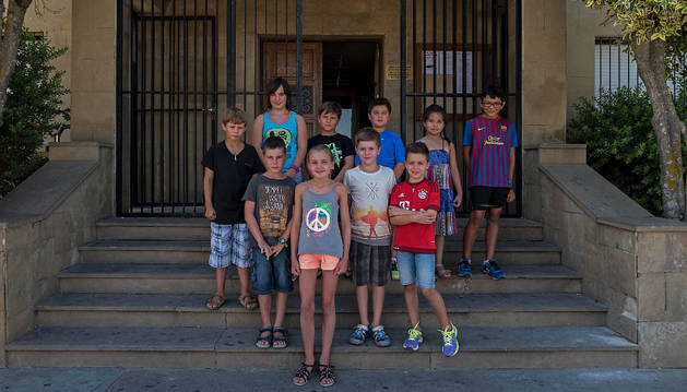 La corporación infantil, tras ser elegida en la entrada del ayuntamiento de Ayegui.