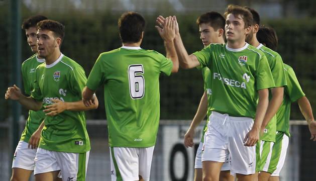 Los jugadores del San Juan celebran uno de los goles conseguidos ante el Valtierrano.