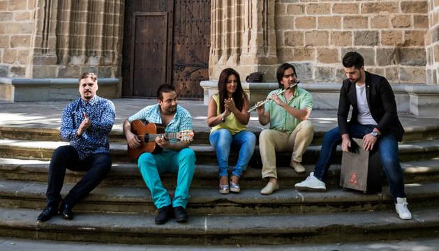 Desde la izquierda, Juan Muñoz El Jolis (cantaor), Rafael Borja (guitarra), Sandra Gallardo (bailaora), Ekhi Ocaña (flauta) y Rico Muñoz (cajón), el martes, en las escalinatas de la Catedral de Pamplona de la plaza San José.