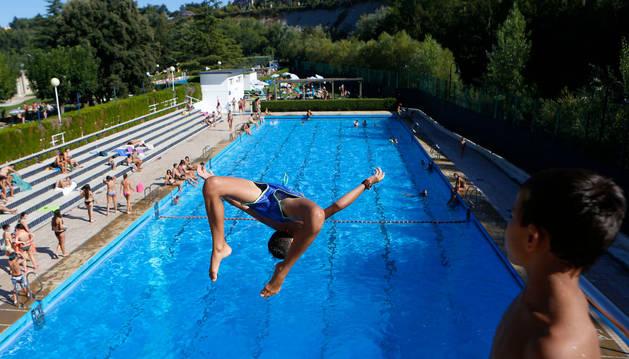 Un joven se lanza al agua en las instalaciones del Club Natación.