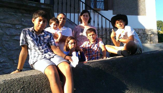 Santiago, Inés, Ricardo Álvarez; María; Nathalie Sanzberro; David y Javier, el martes al partir de Bera.