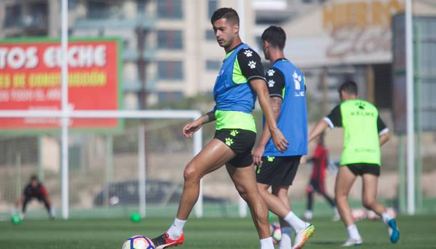 Sergio León, durante un entrenamiento con el Elche de esta misma temporada. El jugador cordobés ha vivido una tensa espera pero llegará a Pamplona hoy.