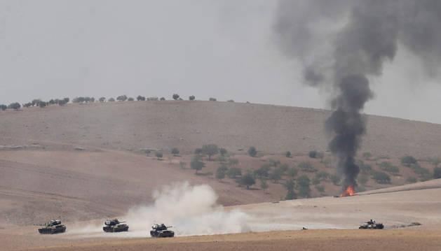 Una veintena de tanques turcos cruzan la frontera siria para combatir al EI